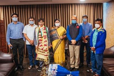 स्वर्ण पदक विजेता प्रमोद भगत का गृह राज्य ओडिशा पहुंचने पर हुआ भव्य स्वागत