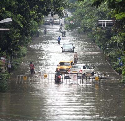 कोलकाता और दक्षिण बंगाल में हो रही लगातार बारिश