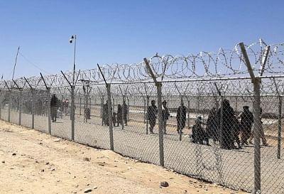 अफगान अपना छोड़ रेगिस्तान को पार कर जा रहे पश्चिम की ओर