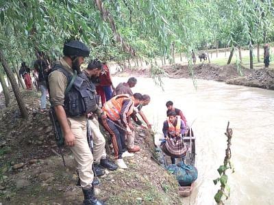 जम्मू-कश्मीर पुलिस ने पशुओं सहित बंजारा परिवार को बचाया
