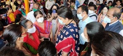 स्मृति ने धारावी स्लम में डिजिटल गुड्डी-गुड्डा बोर्ड लॉन्च किया