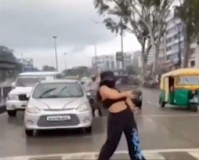 इंदौर में सड़क पर डांस करने वाली मॉडल की मुसीबतें बढ़ी