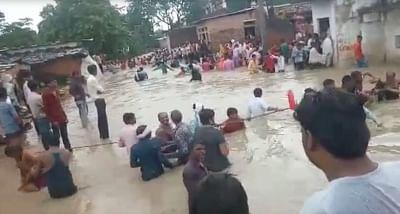 शिवपुरी में सत्संग से लौट रहे सैकड़ों लोग नाले के पानी में फंसे
