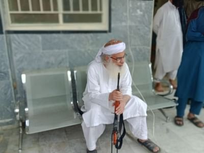 तालिबान का झंडा फहराने पर लाल मस्जिद के मौलवी के खिलाफ मामला दर्ज