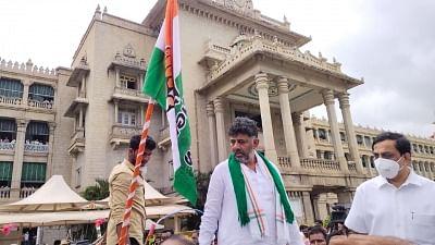 कर्नाटक विधानसभा सत्र: कांग्रेस नेताओं ने कि बैलगाड़ियों की सवारी, येदियुरप्पा अंतिम पंक्ति में बैठे