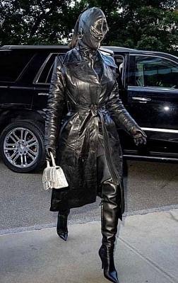 किम कार्दशियन के काले चमड़े के सूट ने प्रशंसकों को किया हैरान