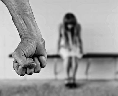 बेंगलुरु में सार्वजनिक स्थान पर युवती का यौन शोषण, मारपीट भी की