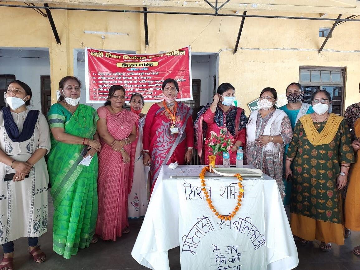 महिला आयोग सदस्य कुमुद श्रीवास्तव ने नारी शिक्षा निकेतन इण्टर कालेज की छात्राओं को किया सम्बोधित