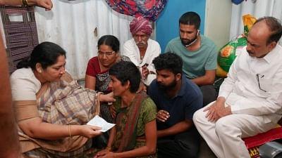 रेप-हत्या पीड़िता के परिवार से मिले तेलंगाना के मंत्री