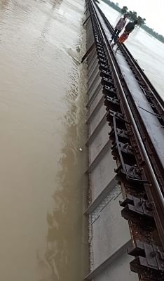 बिहार: समस्तीपुर-दरभंगा रेलखंड पर पुल पर चढ़ा पानी, ट्रेनों का परिचालन ठप