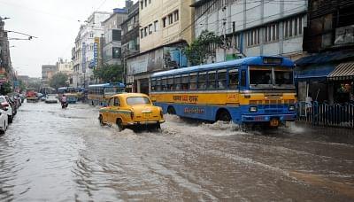 मूसलाधार बारिश से कोलकाता का अधिकांश हिस्सा डूबा, ज्यादा बारिश की संभावना