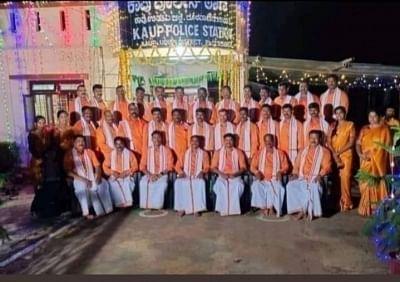 त्योहार के दौरान भगवा रंग में उतरे कर्नाटक पुलिस; फोटो वायरल होते ही कांग्रेस आग-बबूला !