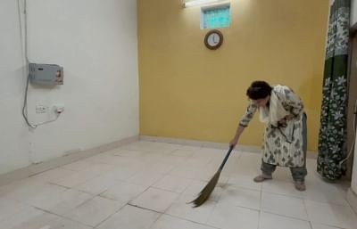 priyanka-gandhi-sweeps-the-detention-room-video-goes-viral