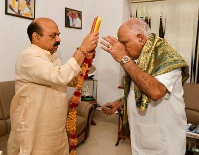 विजयादशमी की शुभकामनाएं देने के लिए सीएम बोम्मई ने येदियुरप्पा से की मुलाकात