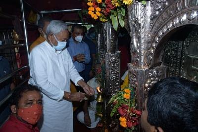 बिहार: महाष्टमी के दिन नीतीश ने विभिन्न मंदिरों में की पूजा अर्चना, राज्य के लिए मांगी खुशहाली