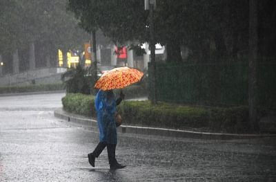 दिल्ली-एनसीआर में भारी बारिश, तापमान में गिरावट, एक्यूआई खराब