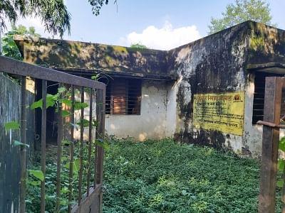 यूपी के इस गांव का जर्जर स्वास्थ्य केंद्र बन रहा है बच्चों के लिए खतरा