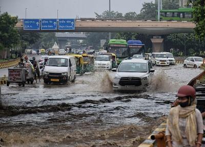 दिल्ली-एनसीआर में रात भर हुई बारिश से कई जगहों पर जलजमाव