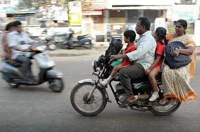 बच्चों को मोटर साइकिल पर बिठाने से पहले जान लिजिए इस नए मसौदा नियम को