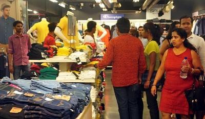 50 पैसे में टी-शर्ट खरीदने के लिए उमड़ी भीड़,  बाद में पुलिस ने बंद कराई दुकान