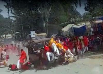 जसपुर के पत्थलगांव में तेज रफ्तार का कहर, दुर्गा पूजा के विसर्जन मेले में भीड़ पर चढ़ाई कार, एक की मौत, करीब दर्जन लोग जख्मी