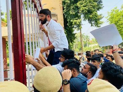 किरोड़ीमल कॉलेज प्रोफेसर का केरल के छात्रों पर विवादित टिप्पणी के विरोध में एनएसयूआई का प्रदर्शन