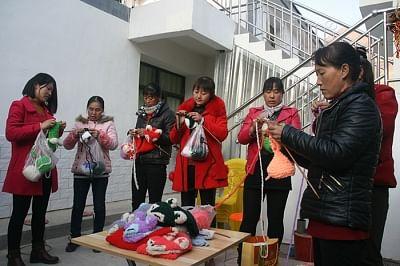 चीनी ग्रामीण महिलाएं अपने हाथों से खुशहाल जीवन बुनती हैं