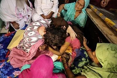 पुलिस हिरासत में मारे गए दलित व्यक्ति के परिवार से मिलीं प्रियंका