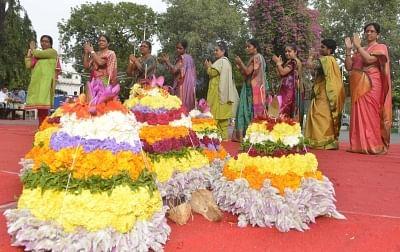 तेलंगाना के मुख्यमंत्री ने बथुकम्मा उत्सव पर लोगों को दी बधाई