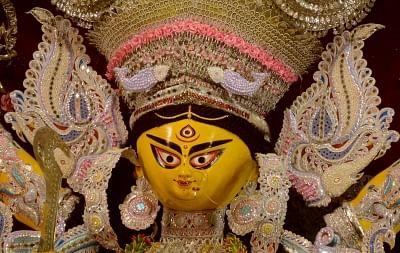बंगाल में दुर्गा पूजा के दौरान बढ़ रही चहल-पहल, कोविड मामले बढ़ने का मंडरा रहा खतरा