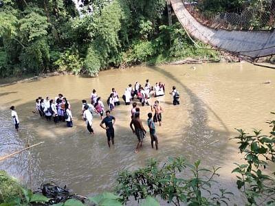 असम में लटकता पुल गिरा, 24 स्कूली छात्र घायल