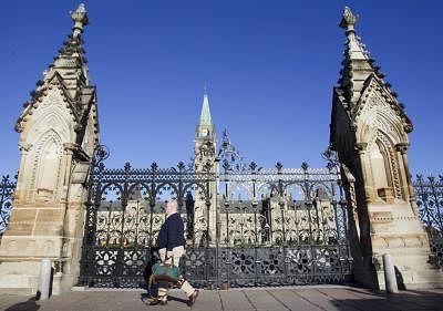 कनाडा की संसद परिसर में लगाया जाएगा वैक्स मैंनडेट