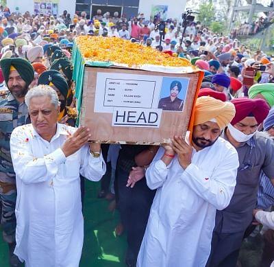 पंजाब के मुख्यमंत्री ने शहीद जवान की अर्थी को दिया कंधा