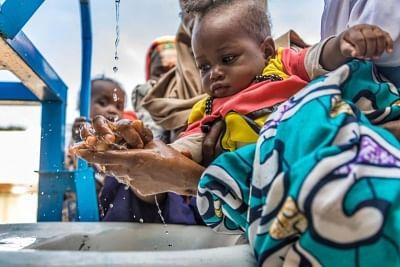 दुनिया भर में 10 में से 3 लोगों के पास घरों में बुनियादी तौर पर हाथ धोने की सुविधा नहीं है : यूनिसेफ