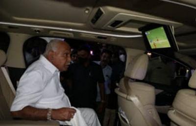 येदियुरप्पा ने आरसीबी बनाम डीसी मैच का लुत्फ उठाया, तस्वीर वायरल