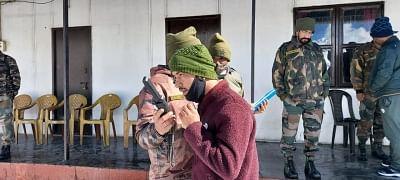 सेना ने हिमाचल में फंसे 205 पर्यटकों को बचाया, रात भर रहने और खाने की व्यवस्था की