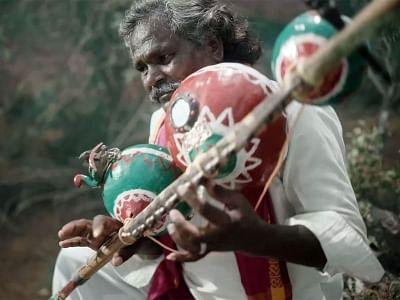 भीमला नायक के संगीतकार थमन ने लोक गायक मोगुलैया को किया सम्मानित
