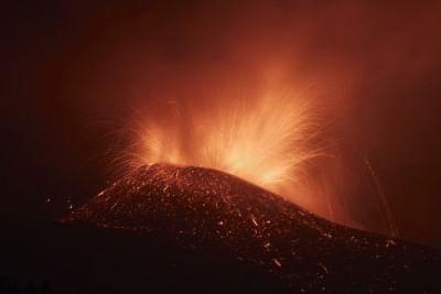 स्पेन में ज्वालामुखी विस्फोट के बीच सैकड़ों निवासियों को बाहर निकाला गया