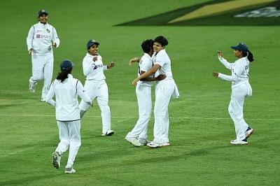 महिला क्रिकेट : ऑस्ट्रेलिया ने गंवाए 4 विकेट, भारत ने कसा शिकंजा (लीड-1)