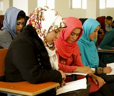स्कूल जाने पर रोक लगने के बाद अफगान लड़कियों ने सिलाई सीखी