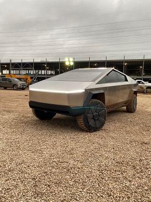 टेस्ला के नए साइबरट्रक प्रोटोटाइप को साइड मिरर के साथ देखा गया: रिपोर्ट