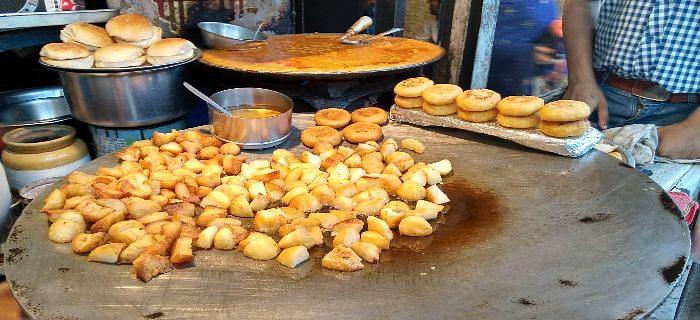 दिल्ली के बेस्ट स्ट्रीट फूड इन जगहों पर जाकर खाएं