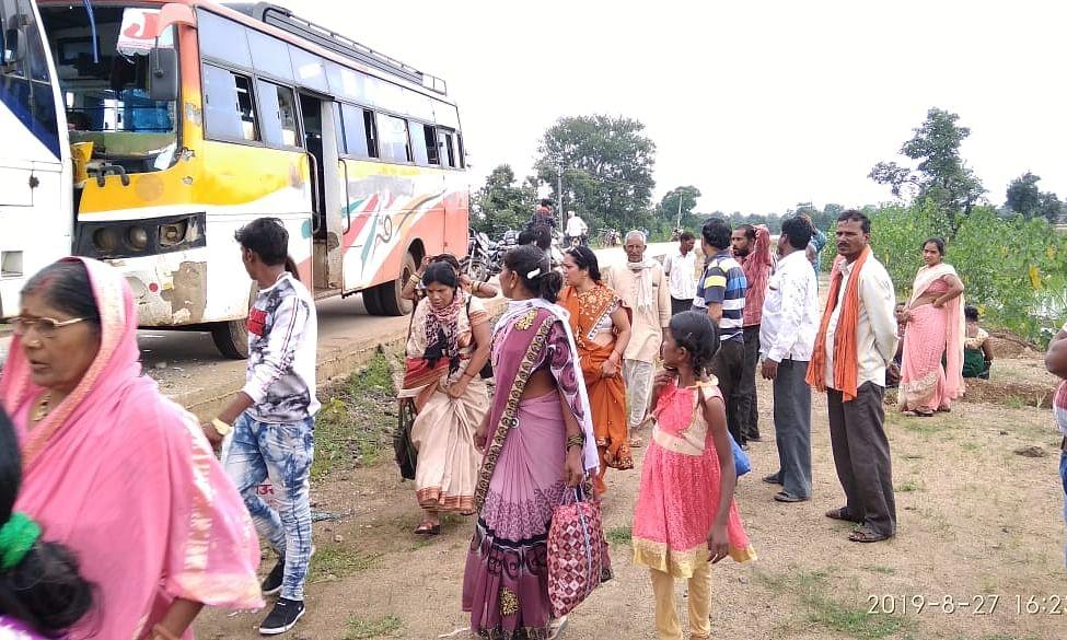 दो यात्री बसों की आमने- सामने जबरदस्त भिड़ंत, बाल-बाल बचे यात्री