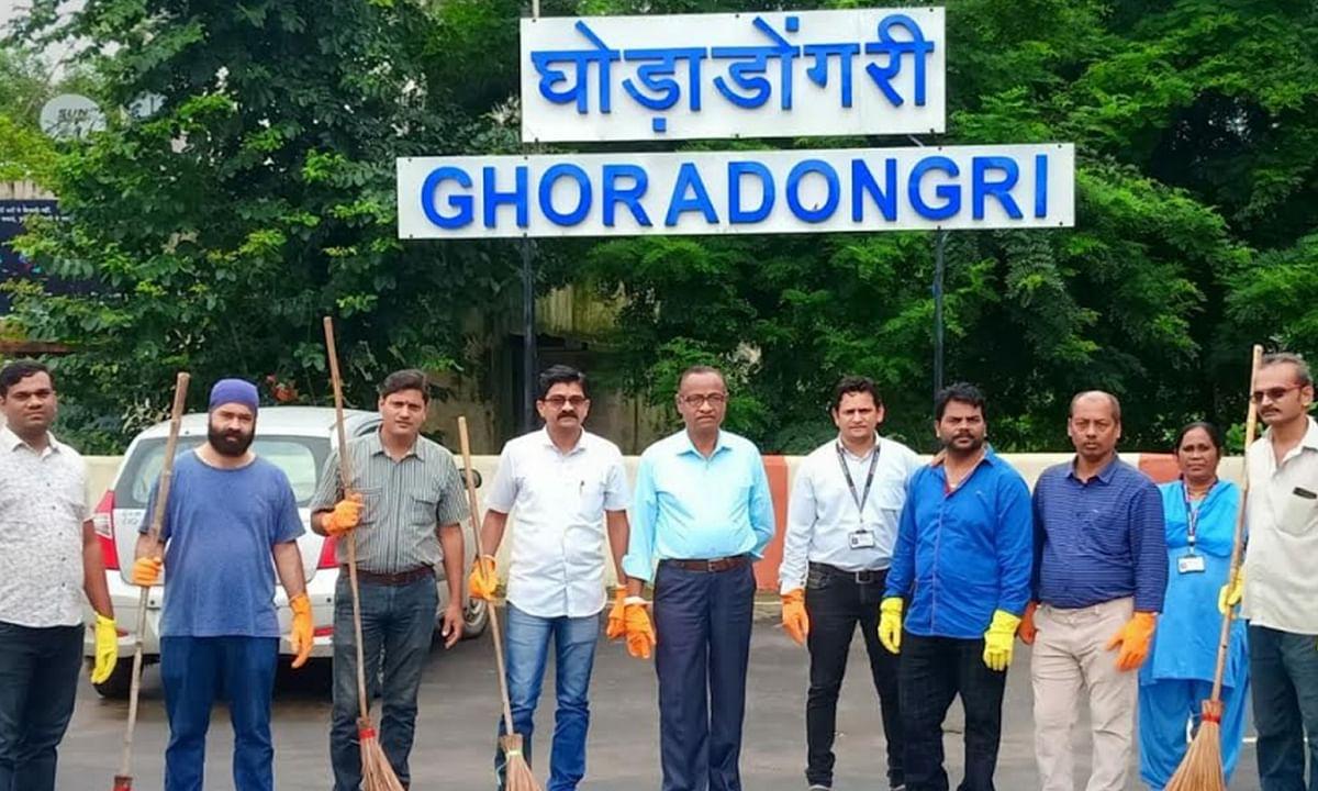 बैतूल: जागरूकता लाने हेतु व्यापारी संघ ने स्टेशन परिसर पर की सफाई