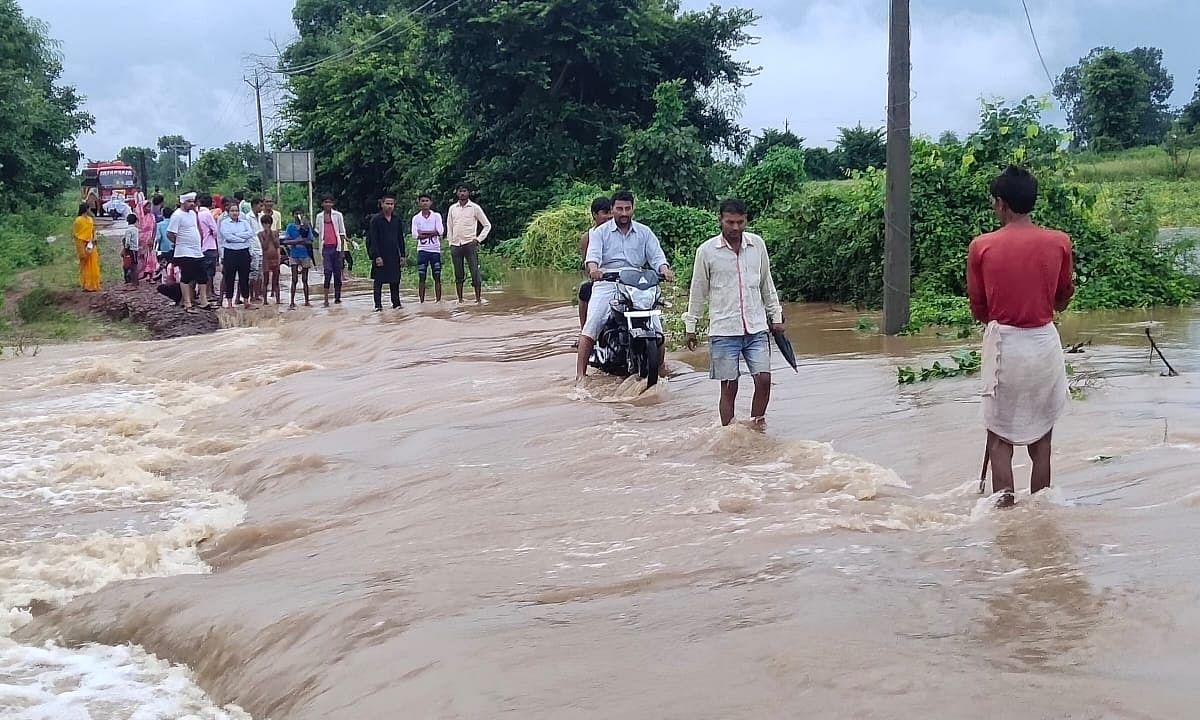 छतरपुर: बारिश के कारण गांवों का टूट रहा संपर्क, बर्बाद हो गई फसल