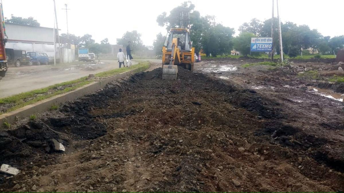 साढ़े 4 करोड़ का रोड JCB से उखाड़ दिया