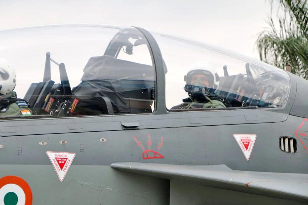 लड़ाकू विमान 'तेजस' में  उड़ान भरने वाले पहले मंत्री