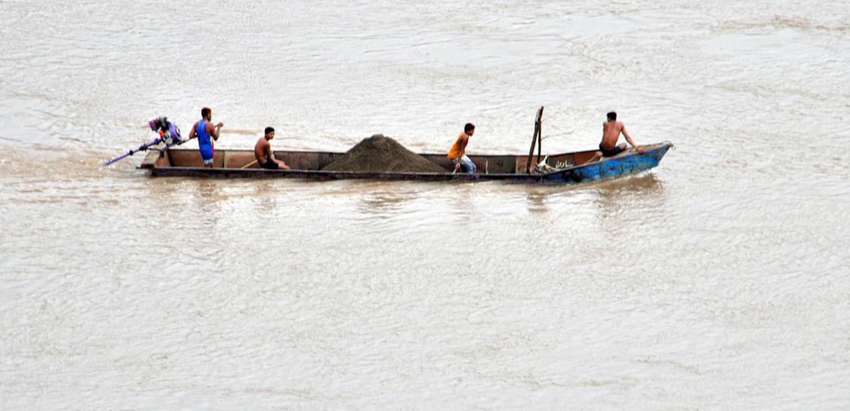 राजघाट में सैकड़ों फीट गहराई से निकाल रहे रेत