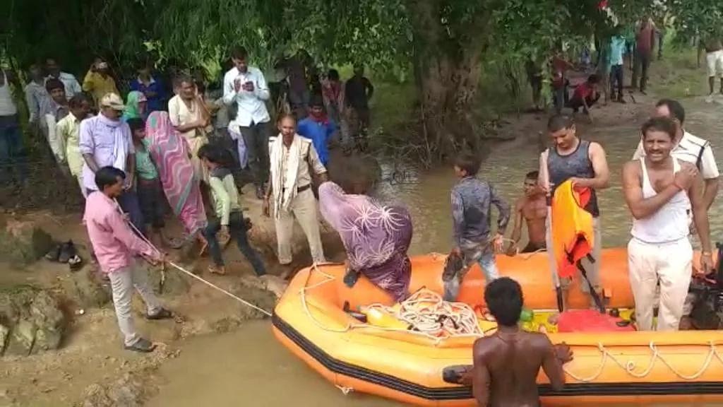 टापू पर फंसे 9 लोग