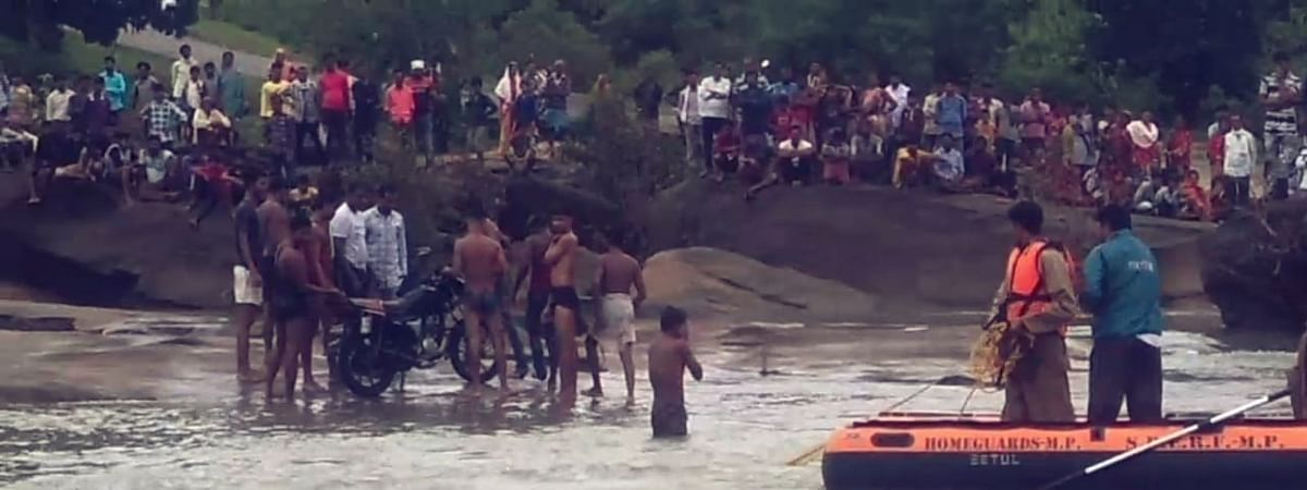 भडंगा नदी में बहे व्यक्ति की तलाश जारी, मोटर सायकल बरामद